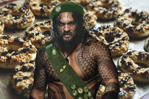 Girl Scout uses Jason Momoa's ripped torso to sell cookies