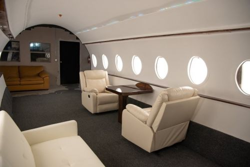 Influencers are posing in fake private jets, we're questioning reality