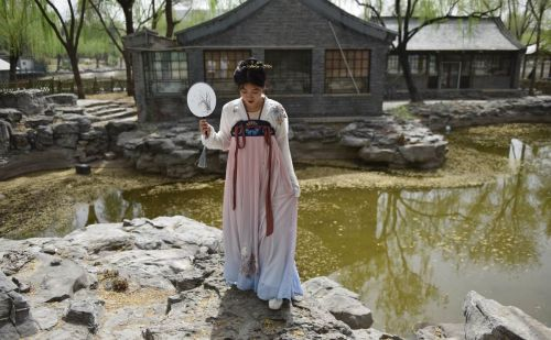 Back to the Hanfu-ture: Young Chinese revive ancient fashion