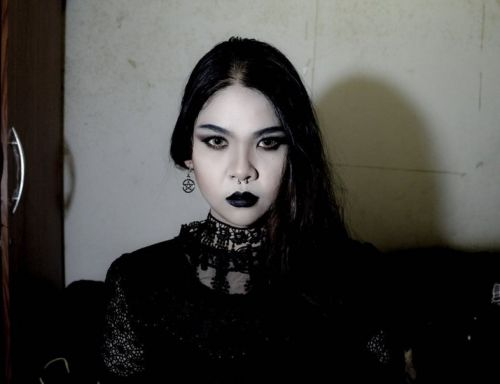 China's goths react to woman being forced to remove her make-up on subway