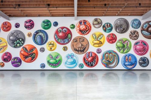 """Kenny Scharf Paints 250 Faces in Different """"MOODZ"""""""