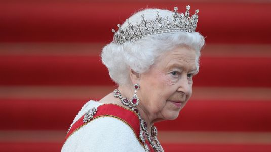 No Cash? Find Out Exactly What Queen Elizabeth Carries In Her Purse