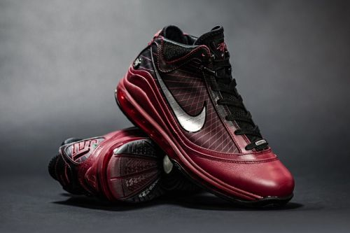"""Nike Gets In the Holiday Spirit With LeBron VII """"Christmas"""" Retro"""